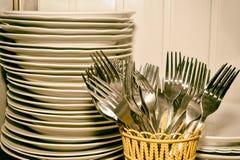 En bunt av tvättade disk och gafflar i köket Arkivfoton