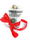 En bunt av USA hundra dollarräkningar som binds upp med det röda bandet Arkivfoto