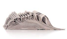 En bunt av vikta tidningar Arkivfoton