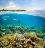 En busca de aventura subacuática en el arrecife de coral. Foto de archivo libre de regalías