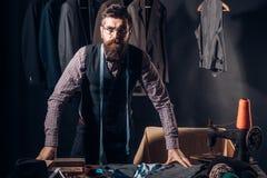 En busca de la inspiración Chaqueta de costura del sastre barbudo del hombre Código de vestimenta del negocio handmade adaptación imagen de archivo libre de regalías