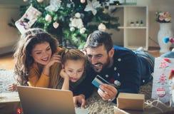 En busca de los regalos de la Navidad imagen de archivo