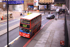 En buss på den Waterloo stationen, London Arkivfoto