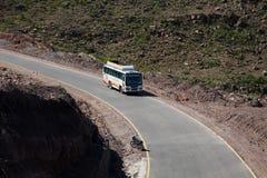 En buss på vägen arkivfoto