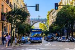 En buss som upp går Calle Segovia i Madrid Royaltyfri Bild
