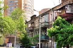 En byggandeeklekticism i stad är ett gammalt och nytt hus i en stree Royaltyfria Foton
