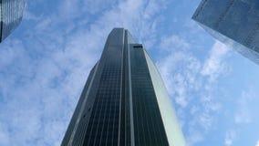 En byggnad av Moskvastaden en rörande kamera Nedersta sikt av skyskrapor stock video