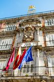 En byggnad i Plazaborgmästare i Madrid, Spanien royaltyfria bilder