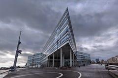 En byggnad med en aggressiv vinkelformig arkitektur i dystert väder i staden av den Ã-… rhusen arkivbild