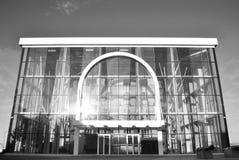 En byggnad som göras av ett exponeringsglas solen reflekteras i fönstren Museet svart white arkivfoton