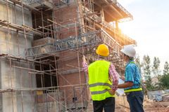 En byggnadsarbetarekontroll en hällande konkret pump på constru fotografering för bildbyråer