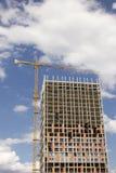 En byggnadsplats av nya lägenheter över blå himmel Royaltyfria Foton