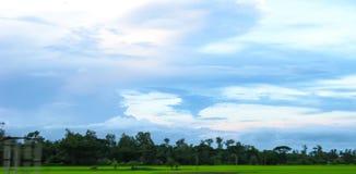 En byhimmel med färgrika molniga lappar fotografering för bildbyråer