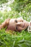 En cámara de mirada adolescente en hierba Fotografía de archivo libre de regalías