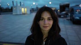 En cámara de mirada morena hermosa en Berlin Airport almacen de video