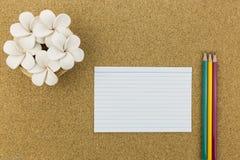 En céramique avec la fleur et stationnaire sur le panneau de liège Photo libre de droits