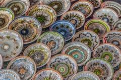 En céramique traditionnel roumain sous la forme de plats Photos stock