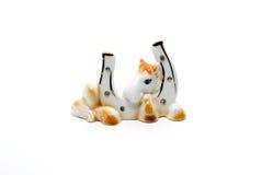 En céramique une statuette un fer à cheval sur le blanc Photographie stock