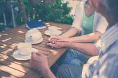 En café avec le père Image stock