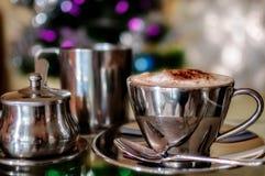En cappuccino på jultid Arkivfoto
