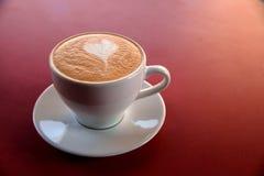 En cappuccinokopp på tabellen Fotografering för Bildbyråer