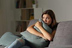 En casa almohada adolescente asustada del abarcamiento Fotos de archivo libres de regalías