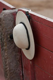 En castoreño (picador rundade hatt) som hänger från barriären under en tjurfäktning Royaltyfria Bilder