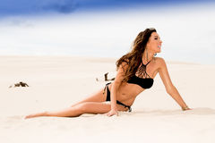 En caucasian flicka för beautifull som ligger på stranden Royaltyfria Foton