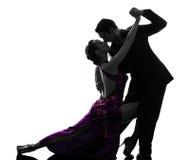 Koppla ihop dansare för mankvinnabalsalen som tangoing silhouetten Fotografering för Bildbyråer