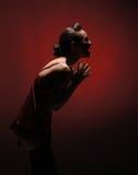 En Caucasian kvinna för ung brunett i röd damunderkläder Arkivfoton