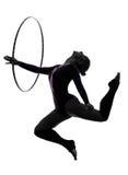Rytmisk gymnastik med silhouetten för hulabeslagkvinna Royaltyfri Foto