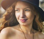 En caucasian kvinna tycker om sommartiden arkivbilder