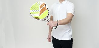 En caucasian man som spelar den Padel tennisspelaren som isoleras på vit bakgrund arkivfoto