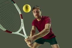 En caucasian man som spelar tennisspelaren som isoleras på vit bakgrund Arkivbilder