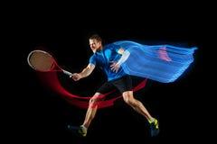 En caucasian man som spelar tennisspelaren på svart bakgrund fotografering för bildbyråer