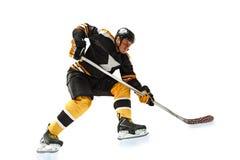 En caucasian manhockeyspelare i studiokonturn som isoleras på vit bakgrund arkivfoton