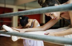 En Caucasian praktiserande balett för kvinna och för flicka arkivfoto