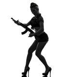 Sexig kvinna i enhetlig hållande kalachnikovsilhouette för armé Arkivbild