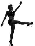 Sexig kvinna i enhetlig ståendesilhouette för armé Arkivbild