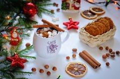 En celebratory drink av kakao eller kaffe med marshmallowen och kanel Royaltyfri Fotografi