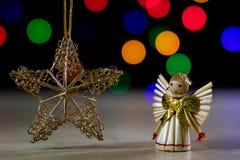 En celebratory julstjärna på en trätabell julanständigheter Arkivbild