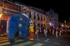 En ceremoniell elefant med en man ombord ståtar till och med gatorna av Kandy i Sri Lanka under Esalaen Perahera Arkivbild