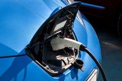 En chargeant une voiture électrique, fermez-vous  Photo stock