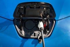 En chargeant une voiture électrique, fermez-vous  Image libre de droits