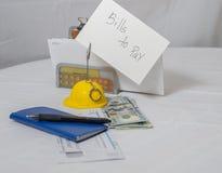 En checkhäfte, penna och räkningar som betalar Royaltyfri Fotografi