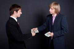 En chef payez à l'extérieur un salaire. Photographie stock