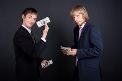 En chef payez à l'extérieur un salaire. Image stock
