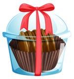 En choklad inom den genomskinliga behållaren Arkivfoto
