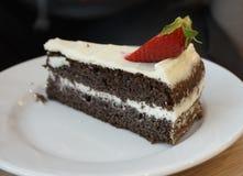 En chokladkaka med jordgubben Arkivbild