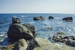 En cirkel av stenar i fjärden i havet Royaltyfri Fotografi